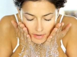 顔を水洗い