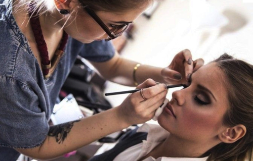 フリーランス美容師、ヘアメイクアップアーティストになる方法、資格、給料、待遇